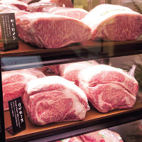 エントランスの 大きな肉のショーケースも話題です♪
