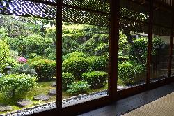全てのお部屋が庭に面しており、ゆったりと眺めることができます