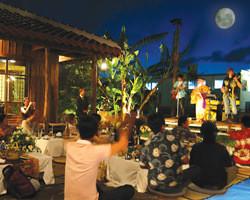 イベント開催時には中庭で三線生ライブも行っております。