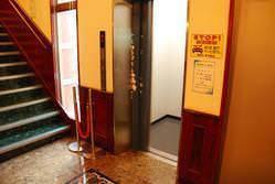 【エレベーター】完備!! 段差のない店内★車椅子でも安心♪