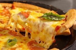 当店で伸ばしたオリジナルの生地のピザです!