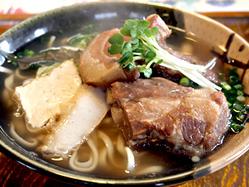 大人気「沖縄そば」 三枚肉、ソーキ、軟骨が一度で味わえる!