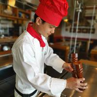 シェフが楽しい鉄板焼パフォーマンスをしながら調理いたします。
