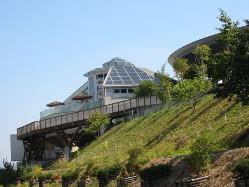 天拝山の中腹にて、 天然温泉と自然食ブッフェが楽しめます。