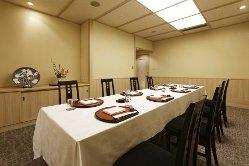 【和華の間】 8~10名様収容、一流の和食をテーブルと椅子で。