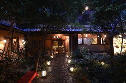 四季折々の表情を映す緑豊かな日本庭園がお出迎えします。