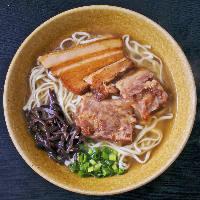 名物沖縄料理 定番ソーキそばや、あぐー豚の鉄板焼きもおすすめ