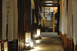京・祇園の雰囲気を思い起こさせる店内
