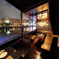 【夜景】 中洲の街の賑わいや川面にきらめく夜景が美しい特等席