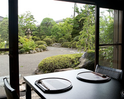 全てのお部屋から素晴らしい日本庭園を眺めながらの食事が可能です