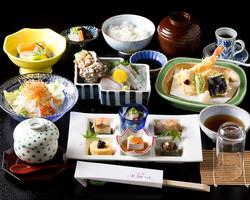 雅膳、毎日仕入れる新鮮な刺身と天婦羅の定食です税込2,200円