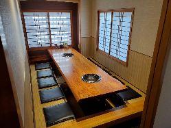 ゆっくりできる掘りごたつ席。 完全個室で接待や宴会に最適。