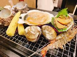いけすよりひきあげた魚介などを、そのままお席で浜焼きに!