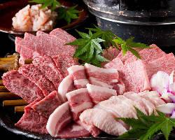 贅沢な焼肉の盛り合わせも各種ございます。