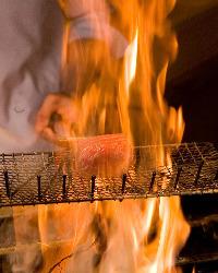 名物・本マグロの藁焼きは必見です!