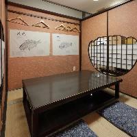 掘りごたつの個室は畳や魚拓が落ち着いた和の雰囲気を演出します