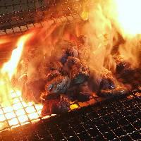 高火力の炭火で一気に焼き上げ、うま味をギュッと閉じ込めます。