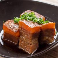 お箸で簡単に切れるほど柔らかく煮込んだ人気の『ラフテー』