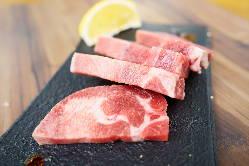 【厚切り牛タン】豪快に牛タンを分厚くカット。肉汁が最高♪