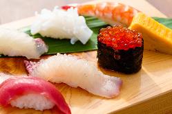 目の前に広がる海を眺めながら、贅沢にカウンター寿司に舌鼓