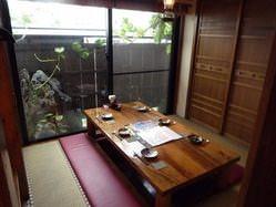 個室のタイプもそれぞれで、接待などの少人数も可能です。