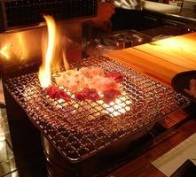 美味しいホルモンは備長炭で焼く事で、旨味が更に倍増します。