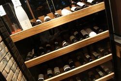 ワインの種類も豊富。ワインに合うおつまみもございます。