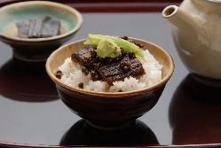 鰻の旨味をギュッと佃煮に。定番のお土産品としても人気です。