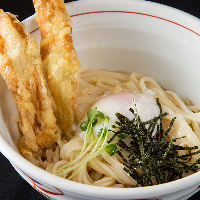 【こしの強い細麺】 能古うどんの旨さは冷たい麺で際立ちます