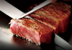 見てわかるお肉の質の良さ。絶品料理でテーブルが華やぎます。