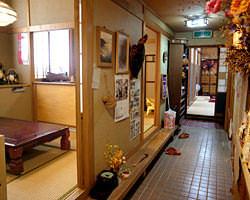 奥の通路に小部屋が3つ、大部屋は2つあります。