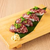 新鮮な馬刺しの赤身をお寿司に。生姜醤油でお召し上がり下さい。