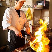 【豪快に調理】 ベテランシェフが腕を振るう中華料理は絶品です