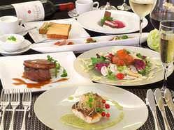 お料理はビュッフェからテーブルサーブ・フルコースまで選べます