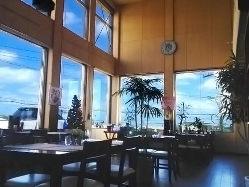 昼は大きい窓から差込む日差しで暖か味のある雰囲気で。