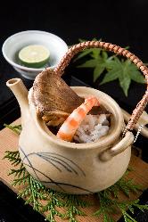秋の鱧とともに供される、香り豊かな松茸の土瓶蒸し。