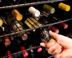 ステーキと相性のいいフランスワインなどを揃えたワインセラー。