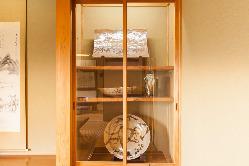 それぞれの部屋には、作家ごとに唐津焼が展示されている。