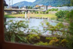窓の外には悠々と流れる玉島川の景色が広がる。