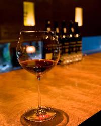 ウェイティングにワインバーにと利用されるカウンター席もある。