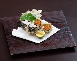 有明海産の海苔で巻いた贅沢な「ウニの磯辺巻」。