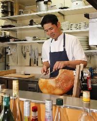 ライブ感あふれるオープンキッチンで腕をふるう中江シェフ。