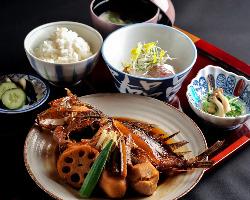 煮魚料理に定評があり、これを目当てに訪れる客人も。