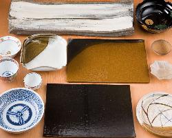 日本各地の窯元や骨董品など、芸術的な器の数々。