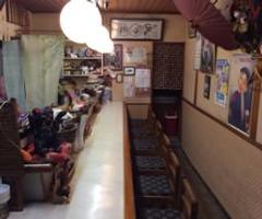 <1階/カウンター> 旬の食材が並ぶカウンター席は8席
