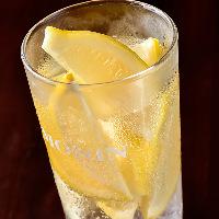 【ドリンク】 凍ったレモンが丸ごと1個入った凍結レモンサワー