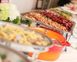 一流シェフの創作料理をホテルの 立食パーティのようにご提供