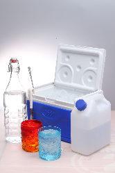 お皿やお酒のセットも、氷はクーラーボックス入りで出てきます。