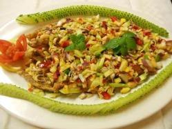 「プラートード サムンプライ」魚を丸ごと揚げて、ハーブを♪