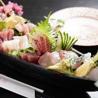 【新鮮魚介】 毎日地元市場から仕入れる魚介を舟盛りでどうぞ